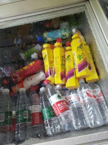 躺在冰箱里很凉快